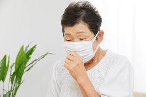 女性 お年寄り 咳